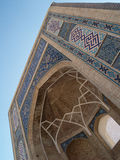 Islamische Muster auf einem Lichtbogen stockbilder