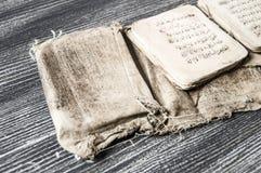 Islamische Texte und Gebetsbücher, sehr alte religiöse Bücher, islamische Bücher, islamische Bücher, islamische Symbole und Gebet Lizenzfreies Stockfoto