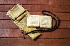 Islamische Texte und Gebetsbücher, sehr alte religiöse Bücher, islamische Bücher, islamische Bücher, islamische Symbole und Gebet Stockfoto