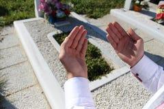 Islamisches Beten auf toter Person Stockbilder