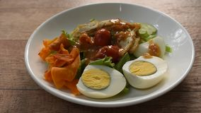 Islamisches Salatgemüse und gekochtes Ei, die knusperige gebratene halal Nahrung der Wasserbrotwurzelbehandlungsgleditschie-Soße  stock footage