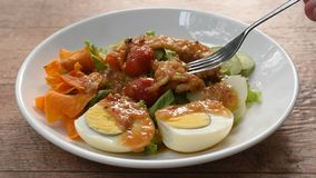 Islamisches Salatgemüse und gekochtes Ei, welche die knusperige gebratene halal Nahrung der Wasserbrotwurzelbehandlungsgleditschi stock video footage