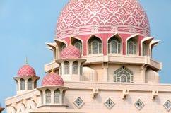 Islamisk arkitektur, detaljer av moskéyttersida, kupol med den dekorativa modellen royaltyfria foton
