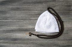 Islamisk bönhatt och ämbetsdräkt, bönfilt som används i bön, bön för att göra skallen, islamiska diagram och symboler, islamiska  Royaltyfri Bild