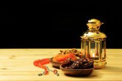 Islamisk festival av Ramadanbegreppet L?ckra tropiska data torkade fikontr?d, torkade aprikors p? bambuplattor, radbandp?rlor med arkivfoton