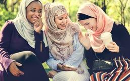 Islamiska kvinnavänner som talar och har gyckel royaltyfri bild