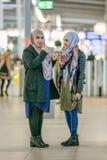 Islamiska kvinnor med sjaletten, Utrecht, Nederländerna Arkivbild