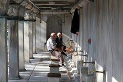 Islamiska män som tvättar deras fot Arkivbild
