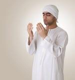 islamiskt be för arabisk grabb Arkivfoto