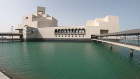 Islamiskt museum f?r Doha sj?sida stock video