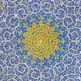 Islamiskt persiskt motiv på blåa tegelplattor av en moské Royaltyfri Bild