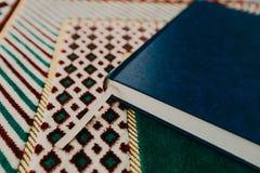 Islamitisch concept - heilige Quran op mat bidden - Beeld stock afbeelding