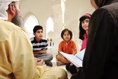 Islamitisch onderwijs binnen witte moskee, Stock Foto's