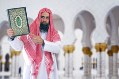 Islamitische Arabische Shiekh die Quran voorstelt Stock Afbeelding