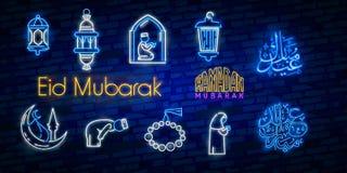 Islamitische die neontekens met Koran, gebedtapijt en moskee worden geplaatst Islam en Ramadanontwerp Teken van het nacht het hel stock illustratie