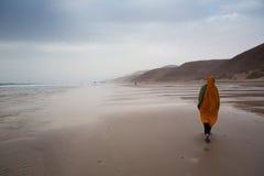 Islamitische vrouwen op het strand in Legzira-Strand Royalty-vrije Stock Afbeeldingen