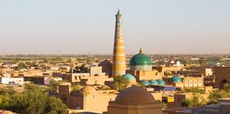 IslamKhodja minaret och moské i Khiva, Uzbekistan royaltyfri fotografi