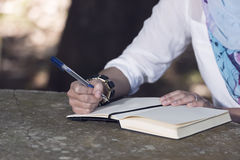 Islamkvinnan skriver dagboken Royaltyfri Bild