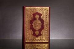 Islamski Książkowy Koran na tle Obrazy Royalty Free