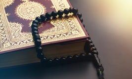 Islamski Książkowy Koran z różanem Zdjęcie Stock