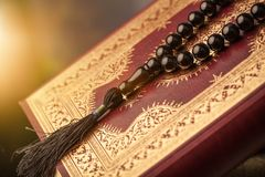 Islamski Książkowy Koran z różanem na popielatym tle Obrazy Stock