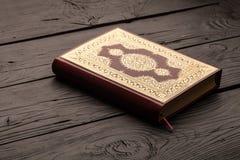 Islamski Książkowy Koran z różanem na popielatym tle Obraz Royalty Free