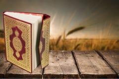Islamski Książkowy Koran z różanem na popielatym tle Fotografia Royalty Free