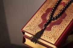 Islamski Książkowy Koran z różanem na popielatym tle Zdjęcia Royalty Free