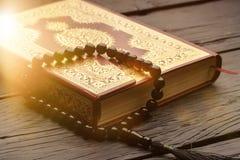 Islamski Książkowy Koran z różanem na tle Zdjęcia Stock