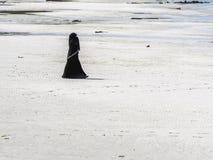 Islamskie kobiety chodzi na plaży Obraz Royalty Free
