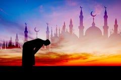 Islamskiego mężczyzna modlenia Muzułmańska modlitwa w Mrocznym czasie zdjęcie royalty free
