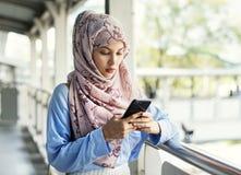 Islamskiej kobiety texting przesyłanie wiadomości na telefonie Obrazy Stock