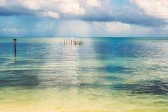 从islan Caye的填缝隙工的美丽如画的加勒比海风景视图 免版税库存图片