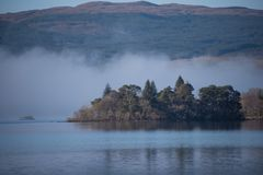 Islan en temor del lago silouetted contra la niebla de la madrugada fotos de archivo libres de regalías