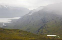 Island. Östliga fiords. Berufjordur fiord med dimma. Royaltyfri Foto
