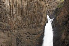 Island. Östliga fiords. Lagarfljot område. Litlanesfoss vattenfall Royaltyfri Bild