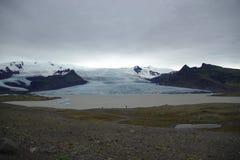 Island-Ansicht über einen Gletscher mit einem See und Eisbergen Stockfotografie
