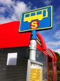 Island - Augusti 2015: Ett färgglat hållplatstecken av det Straeto bussföretaget Royaltyfria Foton