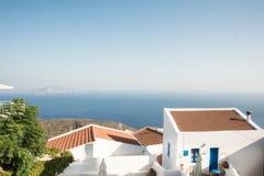 Island& x27 di Nisyros; villaggio e mar Egeo di s Immagine Stock
