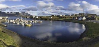 ISLAND: Djupivogur är en liten stad och en hamn i det östliga fet Arkivbild