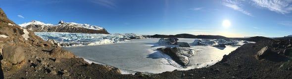 Island för bergglaciärsolnedgång blå himmel arkivfoton