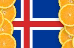Island flagga i vertikal ram för citrusfruktskivor royaltyfri foto