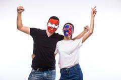 Island gegen Österreich auf weißem Hintergrund Fußballfane von Nationalmannschaften feiern, tanzen und schreien Stockbild