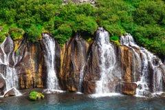 Island Hraunfossar vattenfall i en härlig sommardag arkivbild