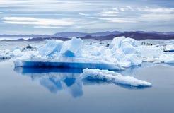 Island, Jokulsarlon-Lagune, schönes Landschaftsbild der isländischen Gletscherlagunenbucht Lizenzfreie Stockfotos