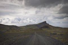 Island: Kiesstraße in der Tundra Stockbild