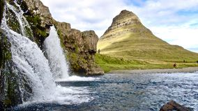 Island, Kirkjulell und Kirkjufelfoss, überraschender Wasserfall stockfotografie