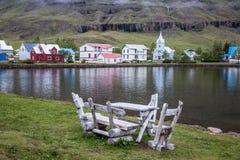 Island, kleines Haus, Wasserfall, Landschaft, Berge Stockfotos