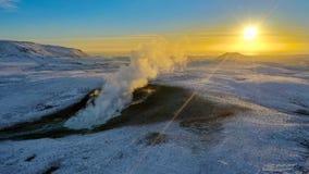 island Krisuvik-Bereich Ausgangsheiße quelle von der Gebirgsspitze Und der Sonnenuntergang stockbild