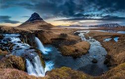 Island landskap - soluppgång på Mt Kirkjufell royaltyfri foto